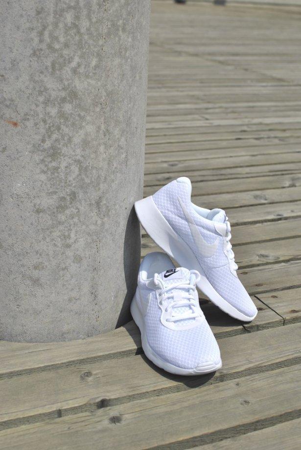 3fa5a7456995 ... který jsem oblékla pro změnu s teniskami od značky Adidas. Jejich  zářivá barva a prodyšný síťovaný materiál naprosto evokuje léto. Tenisky  můžete ...