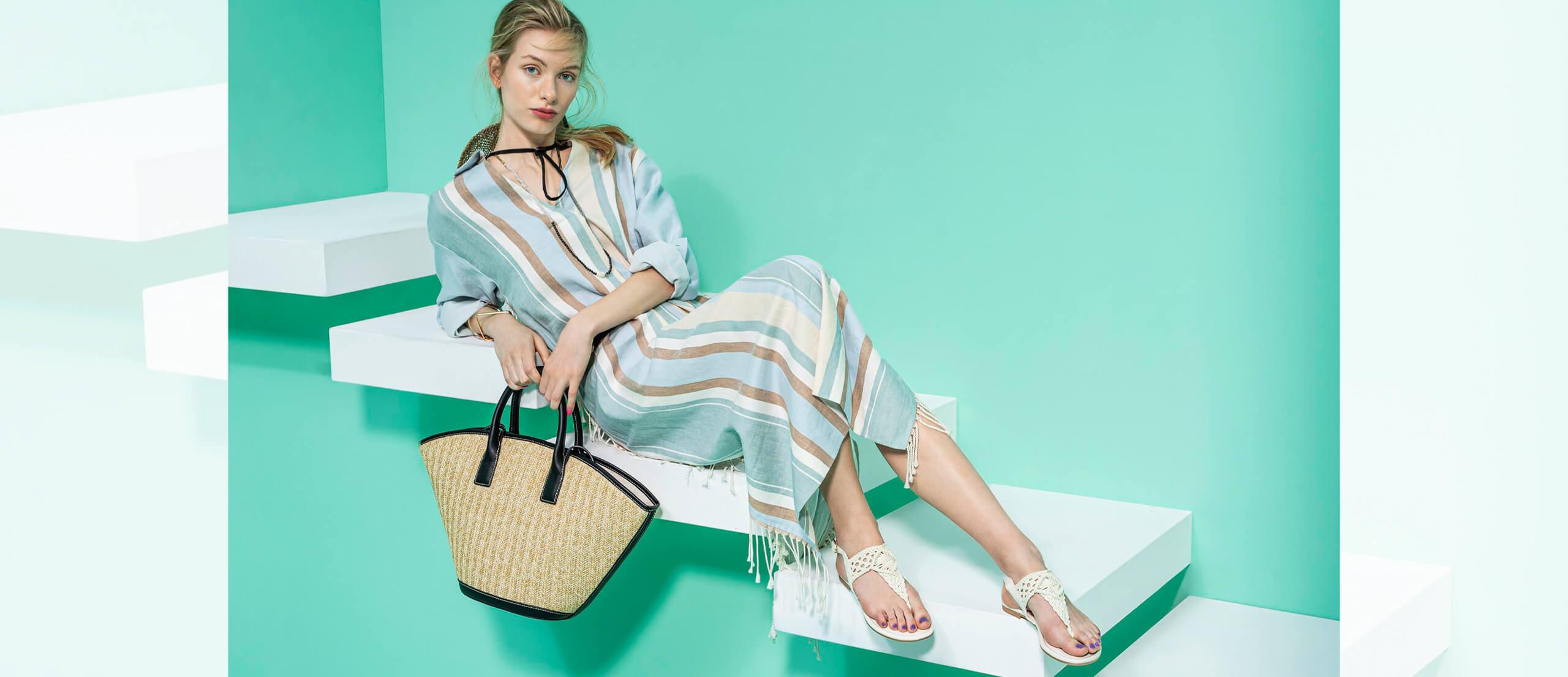 Dame in Sommerkleid und Sandalen