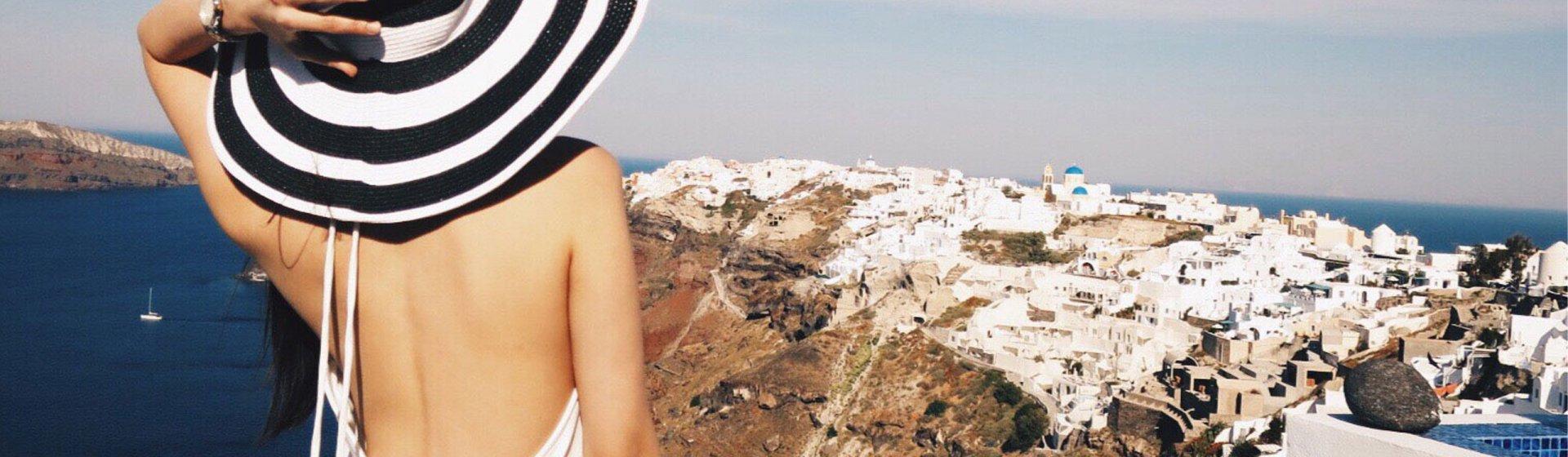 Frau mit rückenfreiem Kleid auf griechischer Insel