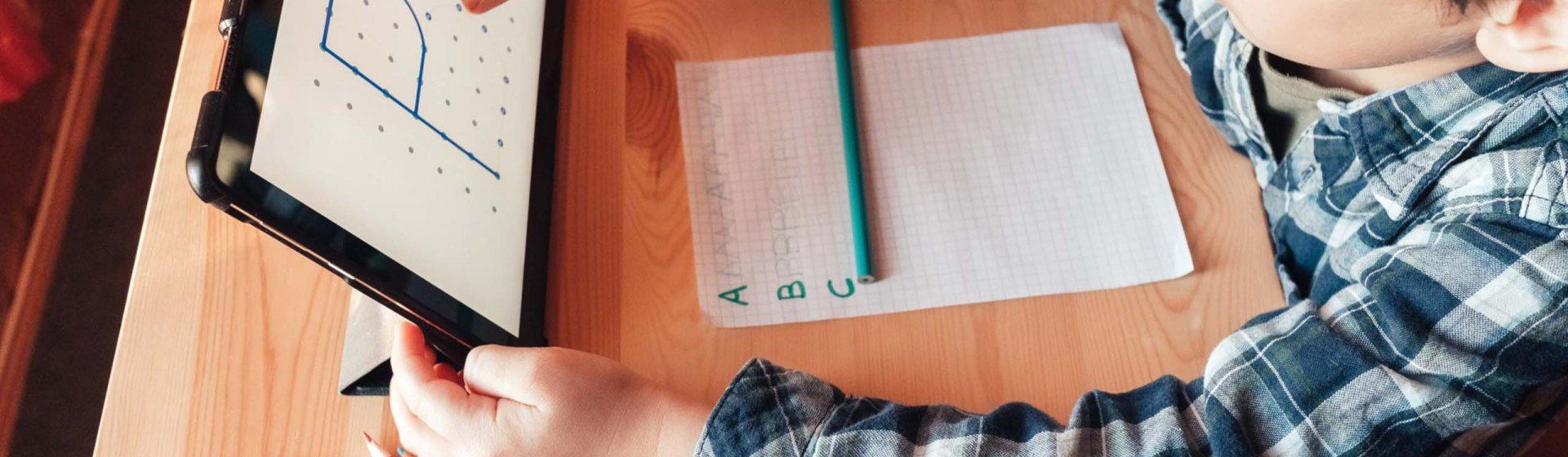 Kind vor Laptop mit installierter Lernapp