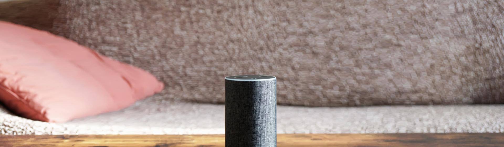Amazon Echo auf Wohnzimmertisch