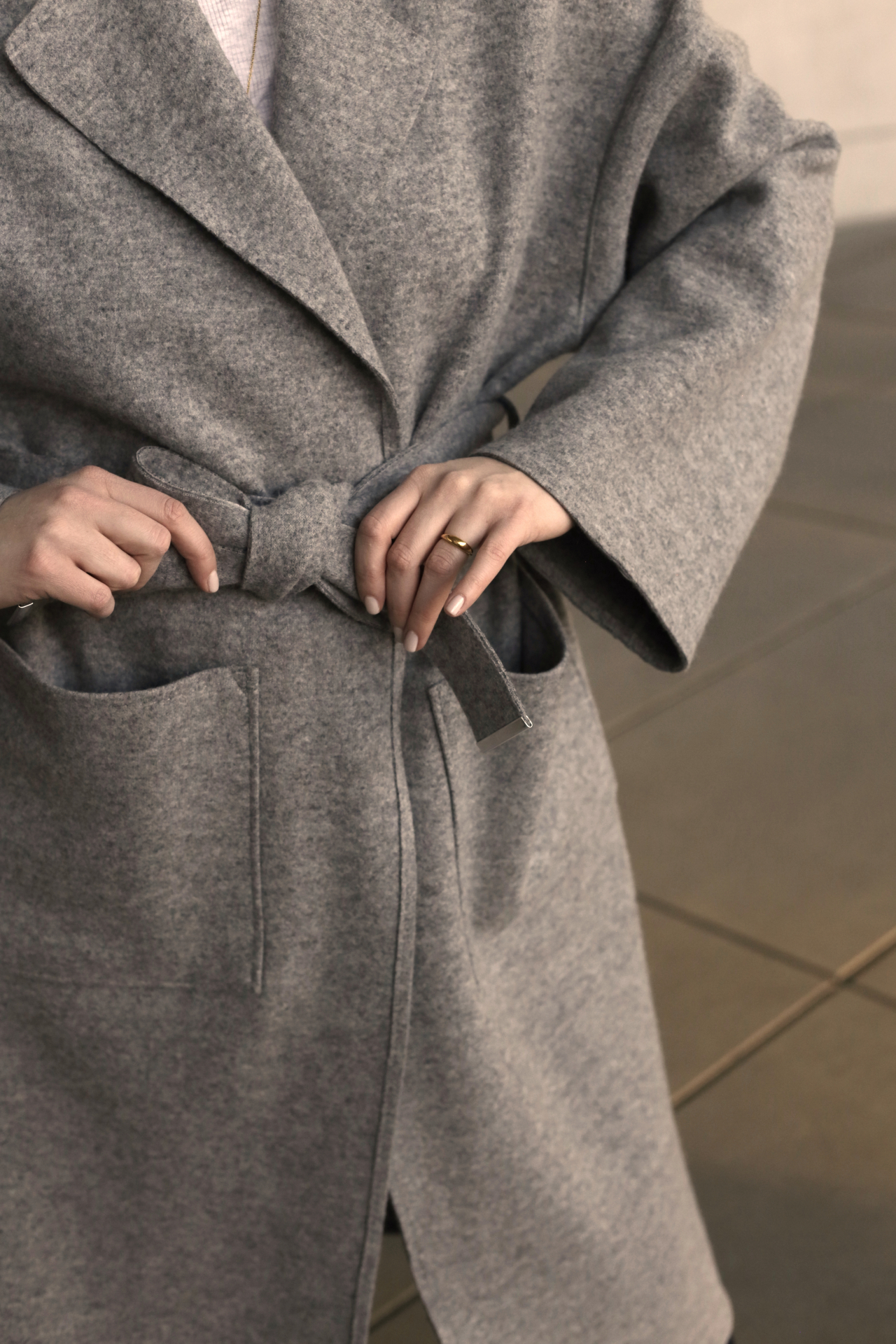 Übergangsmantel aus Wolle Detail Schleife