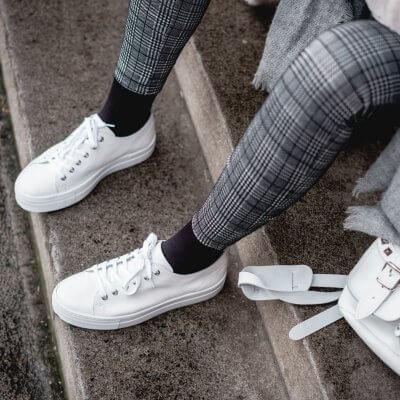 All-Over-Look in Weiß und Grau stylen