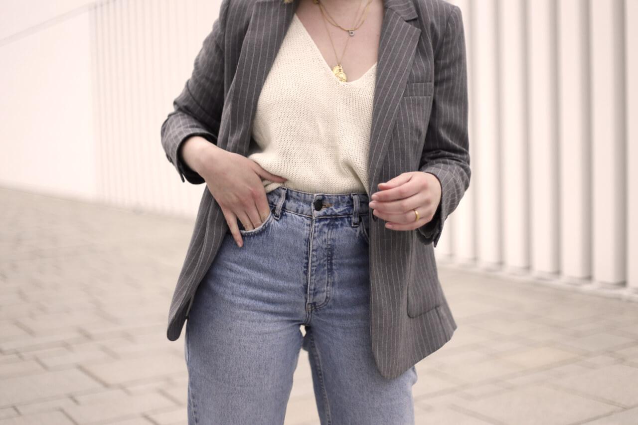 Mom-Jeans mit goldenem Schmuck aufwerten
