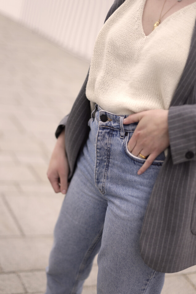 Mom-Jeans Frühlings-Outfit mit Nadelstreifen-Blazer