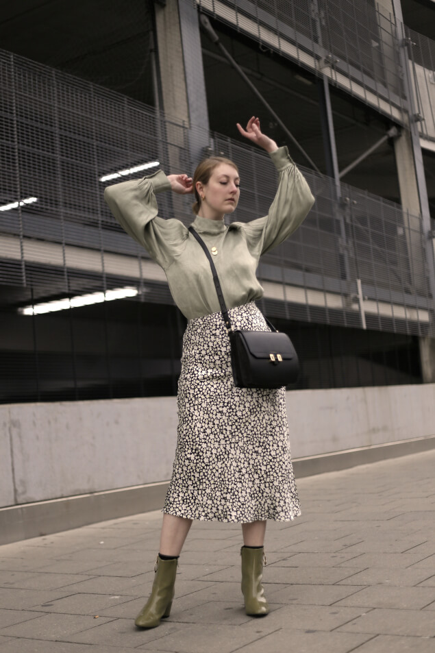 Satinbluse Stiefeletten Midirock Outfit