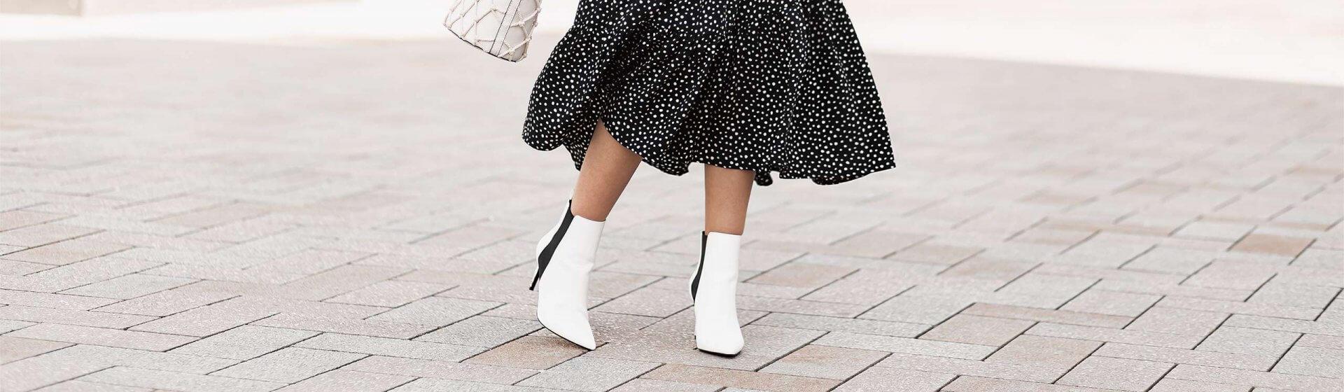 Midiröcke und Stiefeletten stylen, Frühlingstrend, Midiröcke kombinieren, weiße Stiefeletten, Shoelove by Deichmann