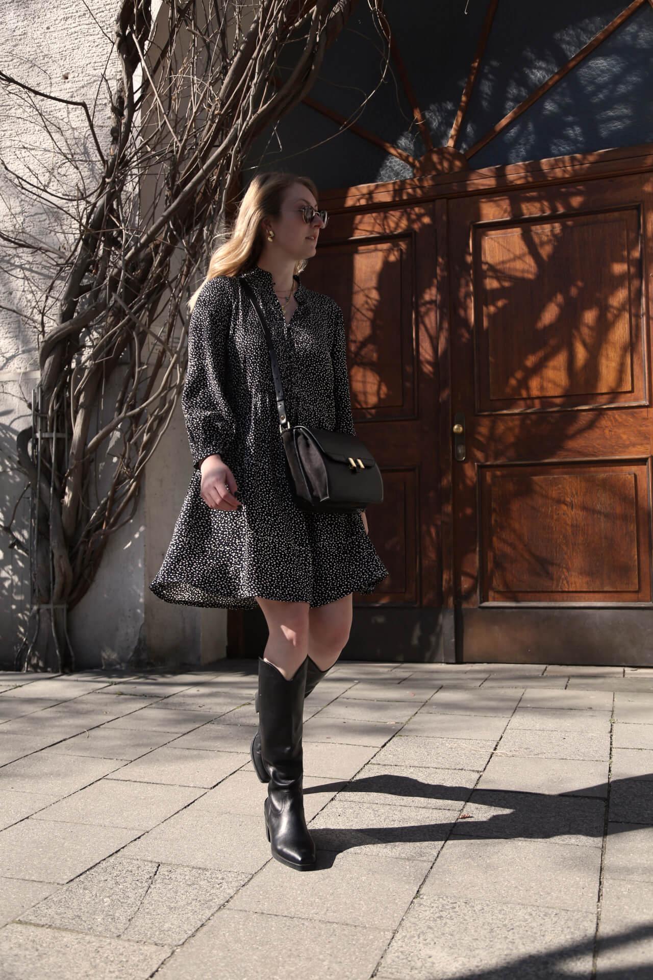 Blümchenkleid mit Stiefeln tragen