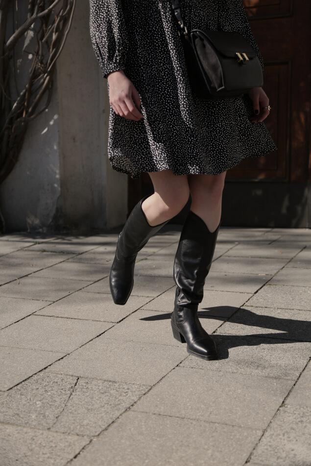 Stiefel im Frühlingslook mit Kleid