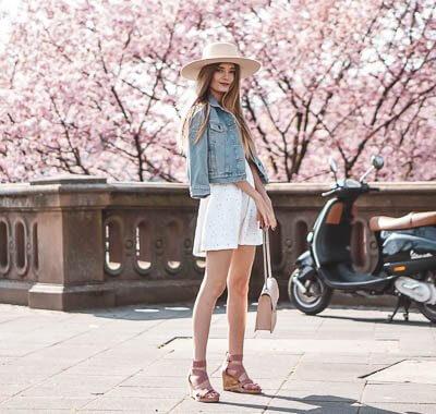 Keilsandaletten im Trend: Outfit mit Jeansjacke