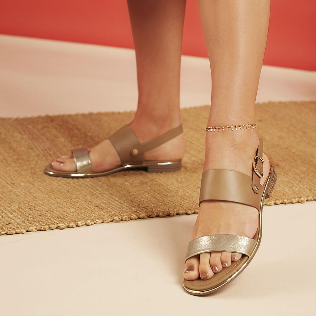 Sommer 2020: Sandale mit Metallic Details