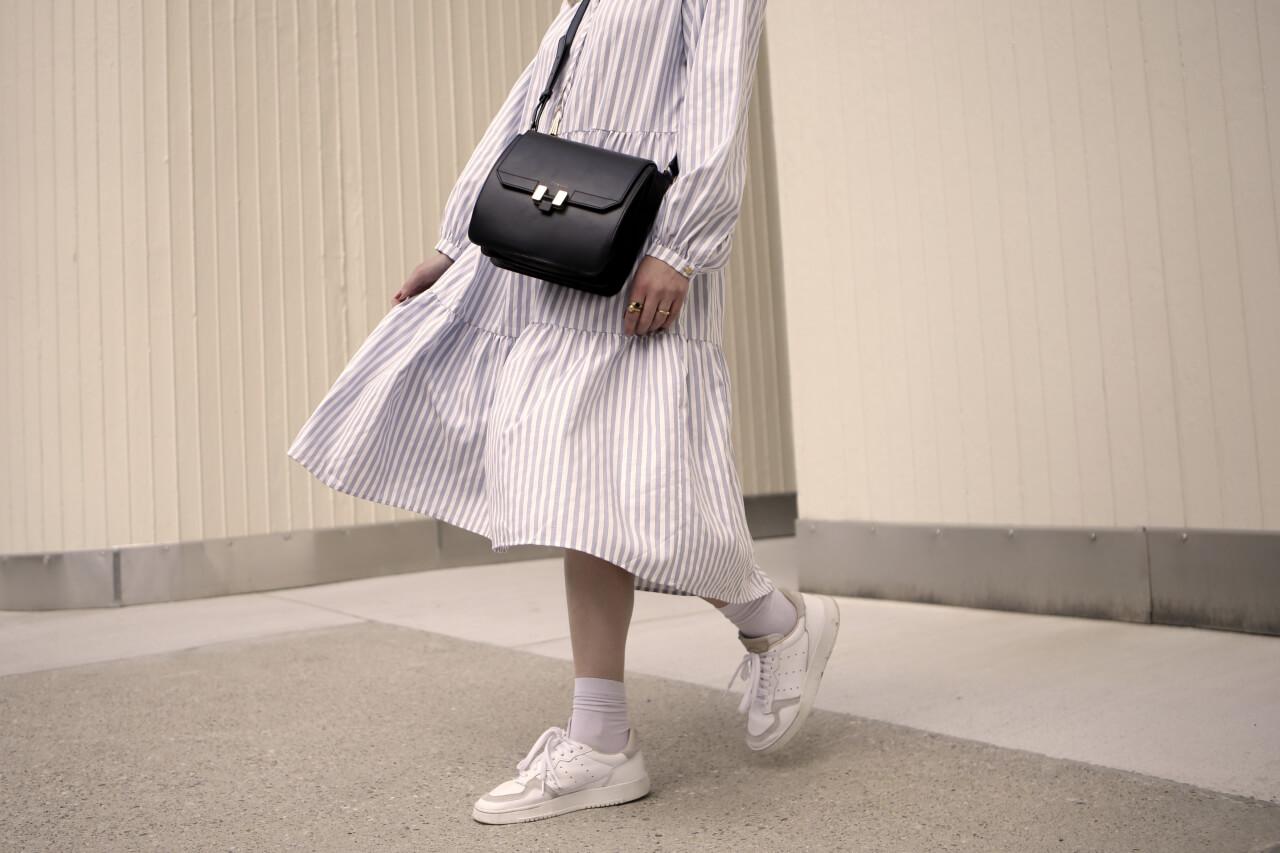 Shoelove weiße Sneaker zum Midikleid kombinieren