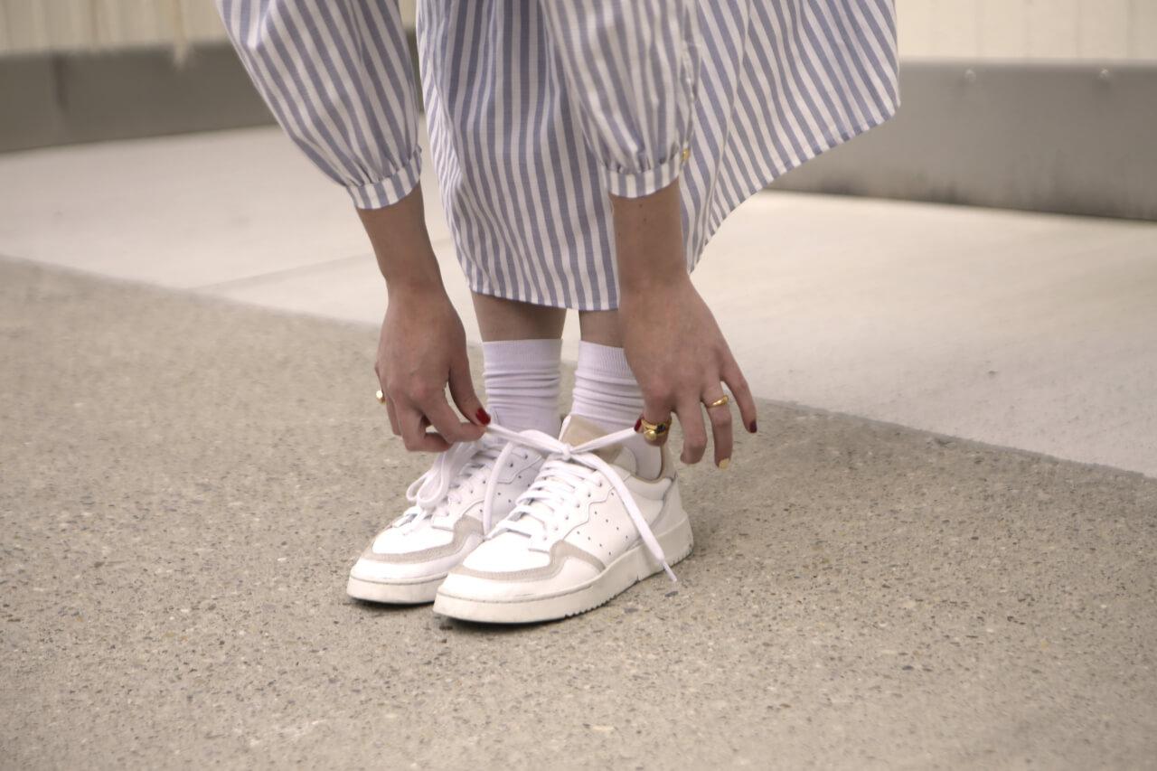 Schuhtrend All-White Sneaker und wie man ihn trägt