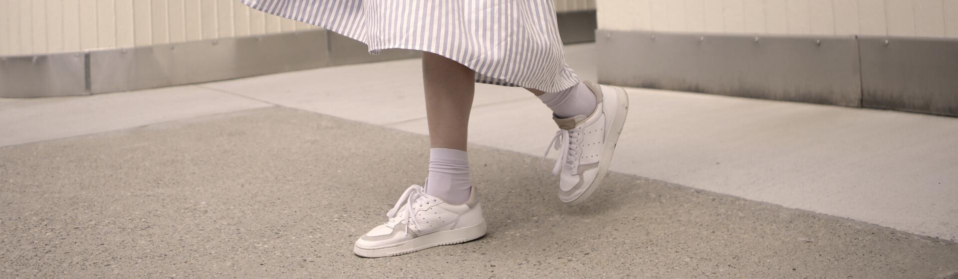 Header weiße Sneaker Frühlingskleid