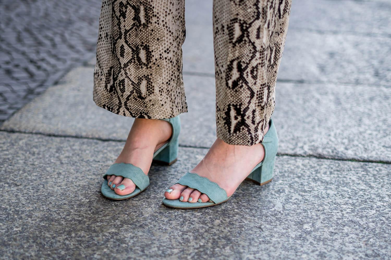 Sandaletten in Pastellfarben tragen