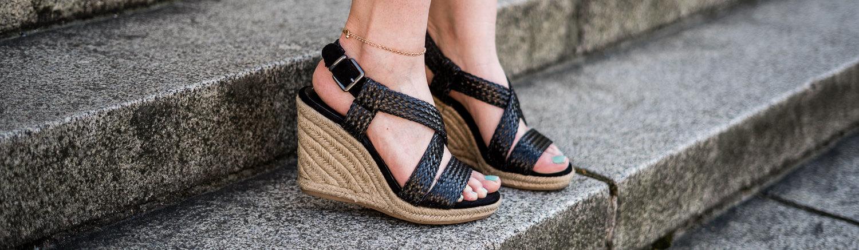 Sommeroutfit mit Keil Sandaletten