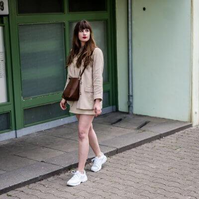 Diese Kleider passen zu Sneakers