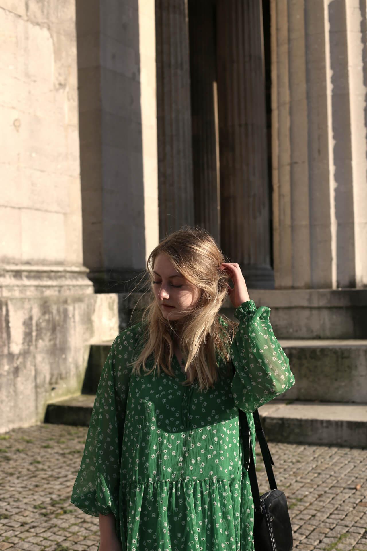 Deichmann_Shoelove Sporty Summer Shoes Blondes Haar Grünes Kleid