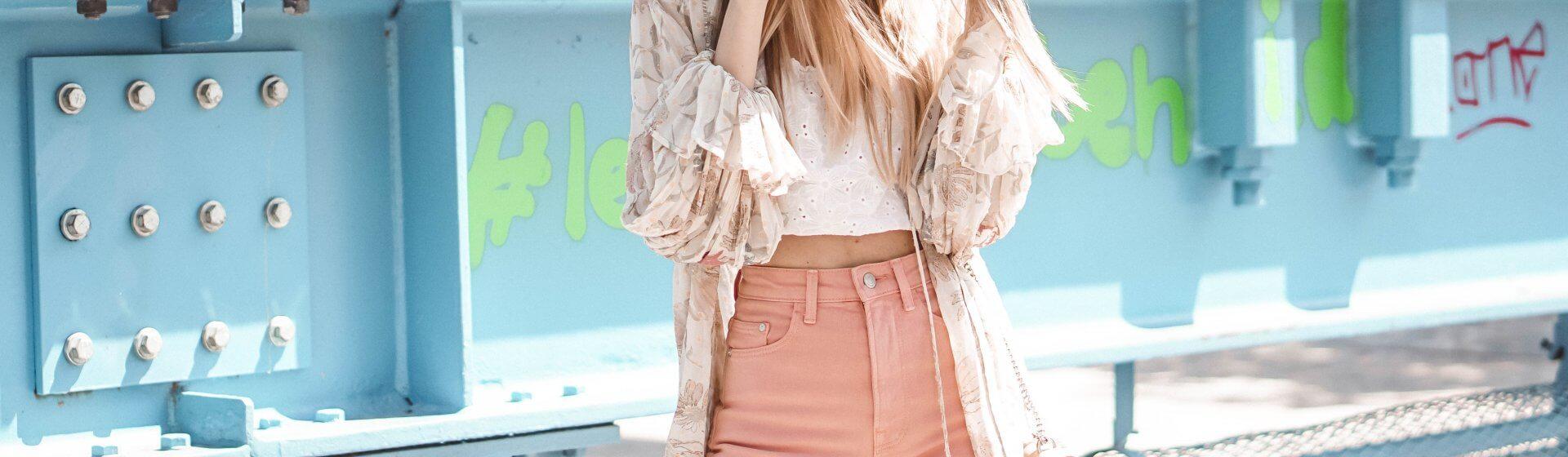 Rosa Jeans kombinieren: Styling-Tipps