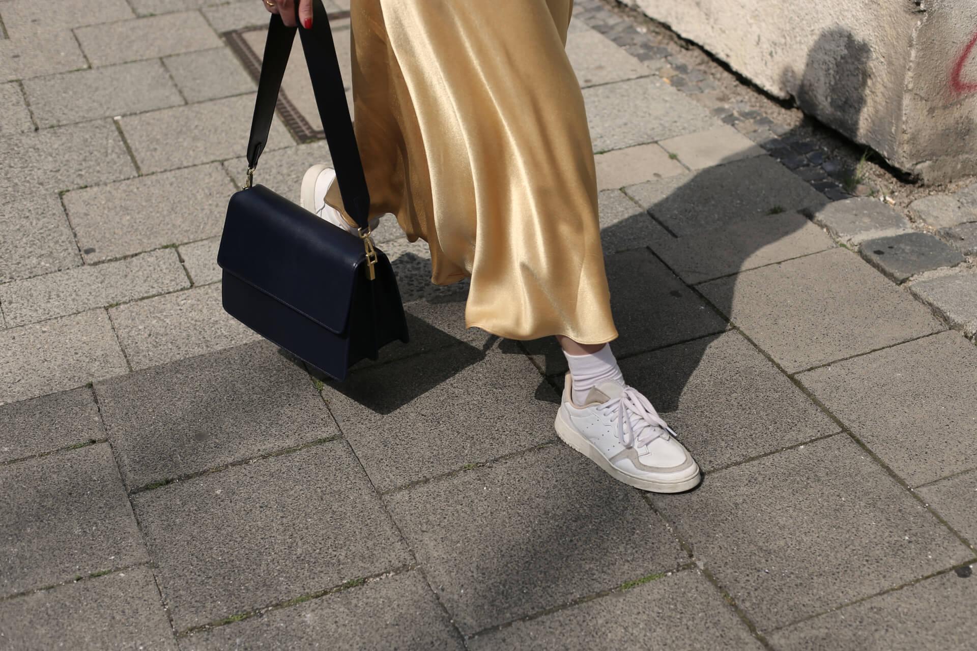 Satinrock mit weißen Sneakers Shoelove