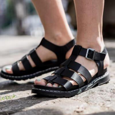 Wie style ich flache Sandaletten