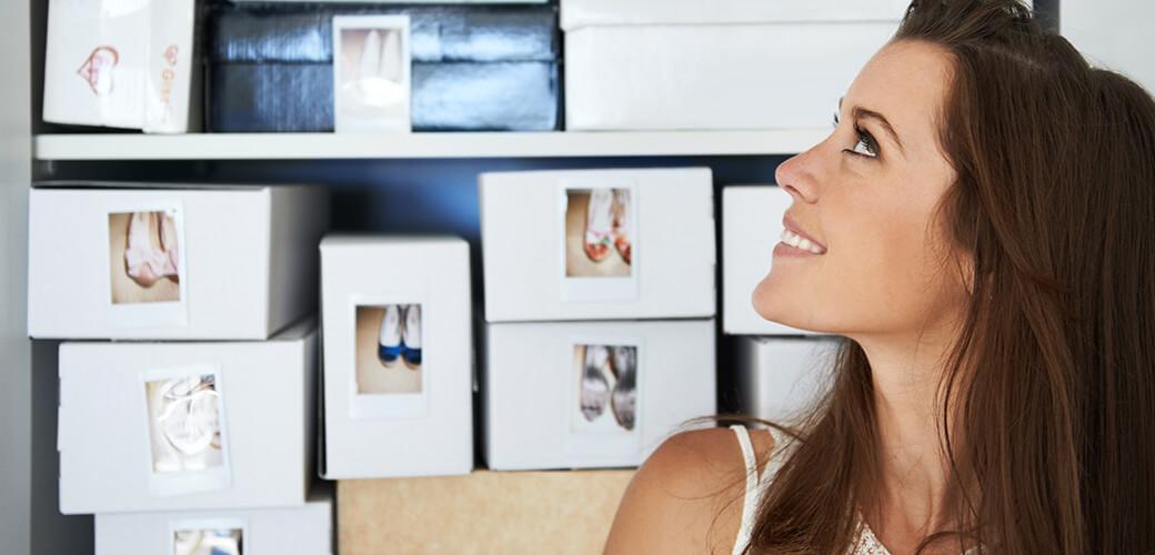 Schuhe sortieren, Kartons beschriften