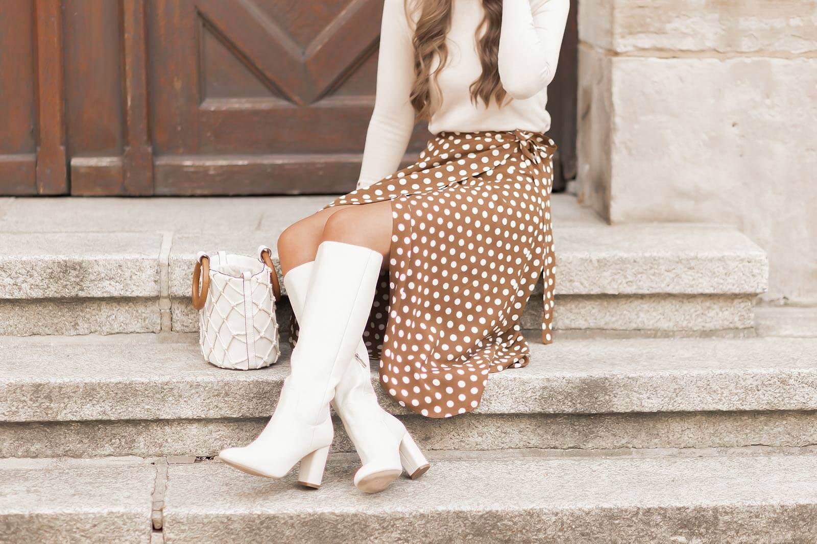 Wickelröcke im Herbst stylen, Herbstoutfit, Polka Dots Rock, weiße Stiefel, Shoelove by Deichmann