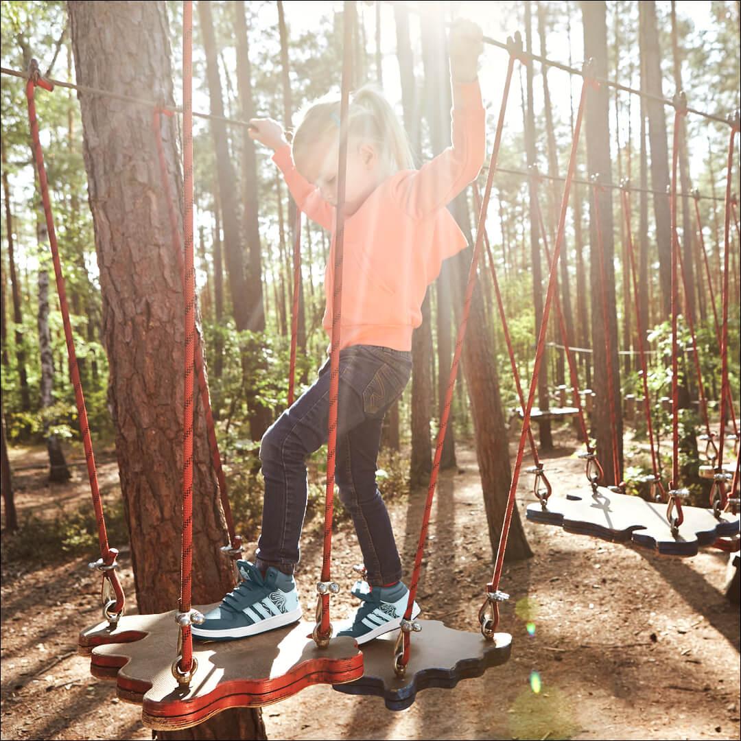 Aktivitäten im Freien mit Sneaker von adidas