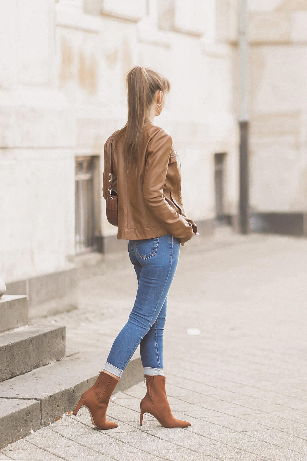 Braune Lederjacken stylen, Herbstoutfit mit Lederjacke, Herbsttrend, Shoelove by Deichmann
