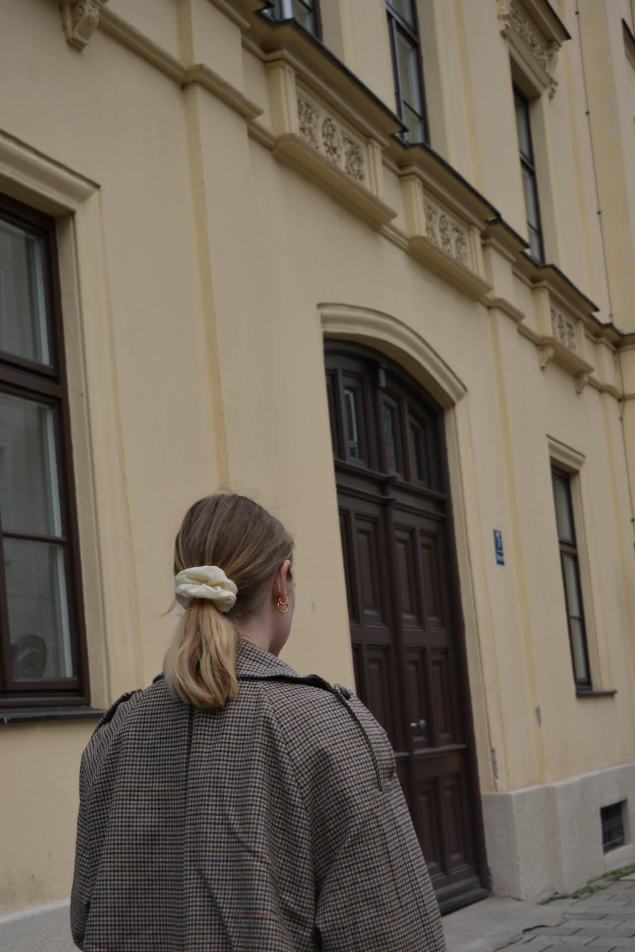 Scrunchies bei blondem Haar im Herbstlook Maximäntel