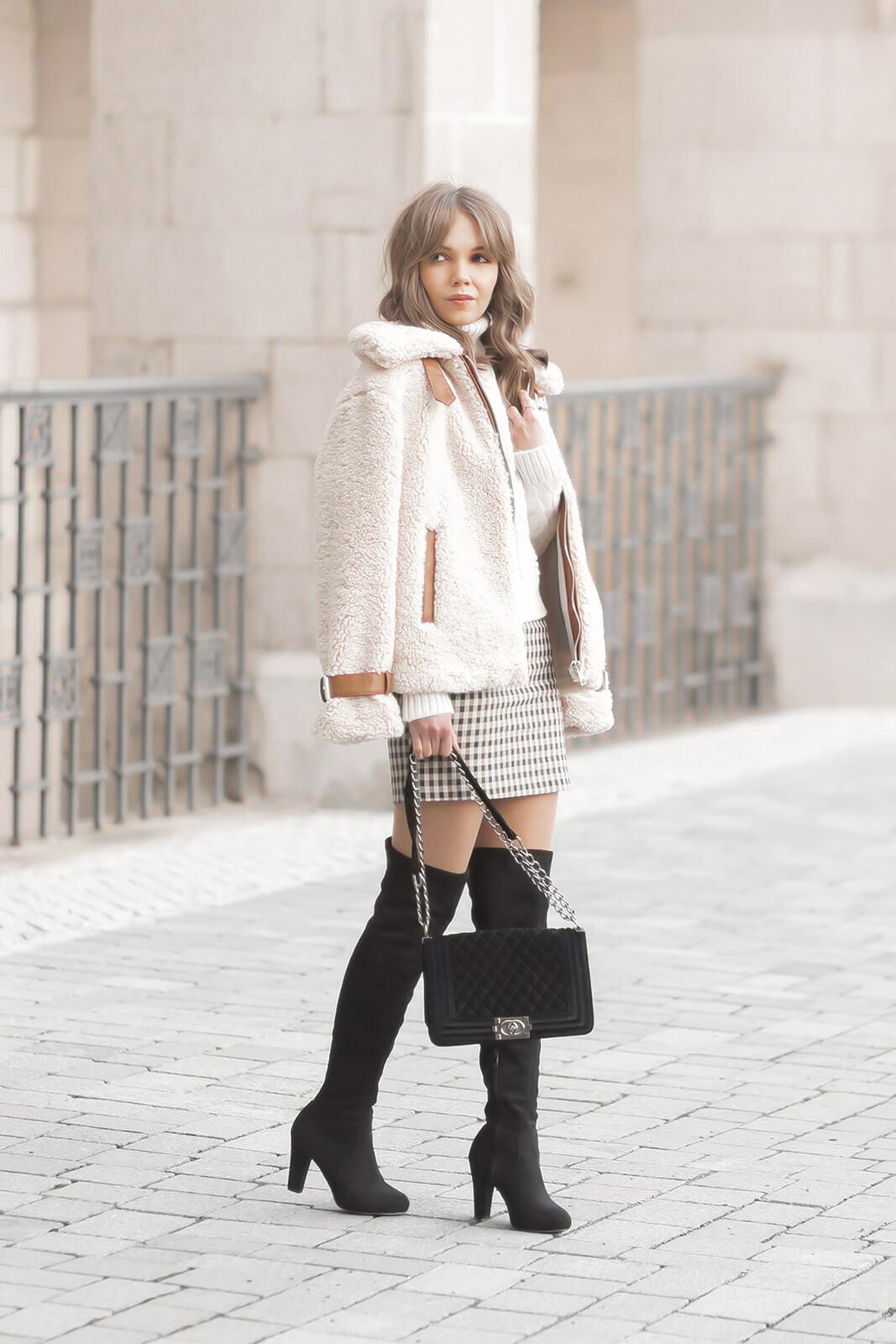 Minirock im Winter stylen mit Overknees