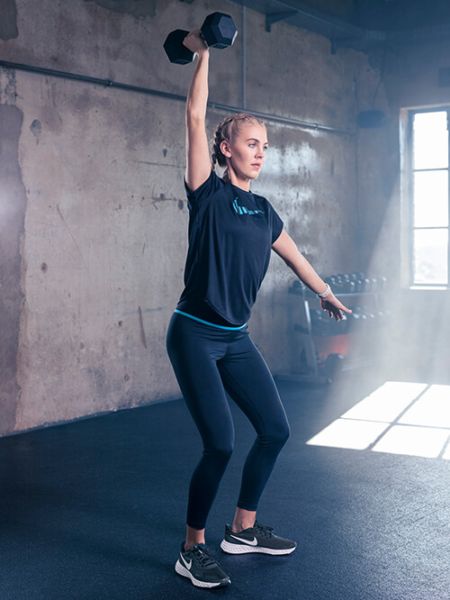 Gewichte heben mit Sneakern von Nike