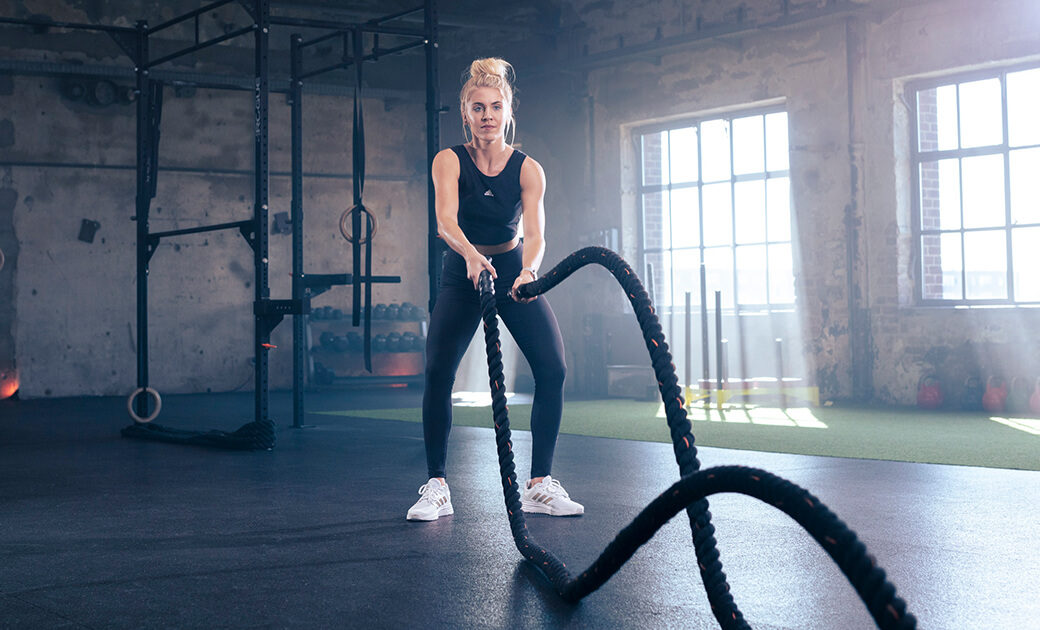 Rope-Workout in schwarzem Look