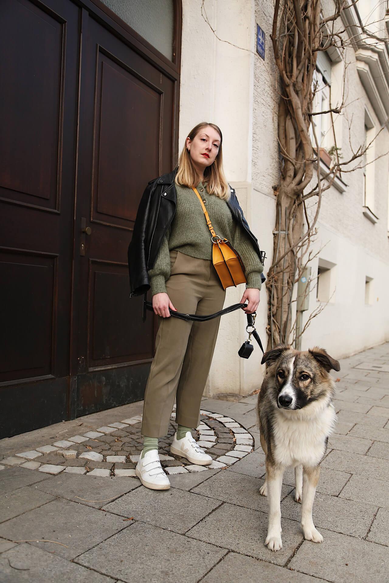 Lederjacke und Sneakers - zwei Klassiker in einem Look
