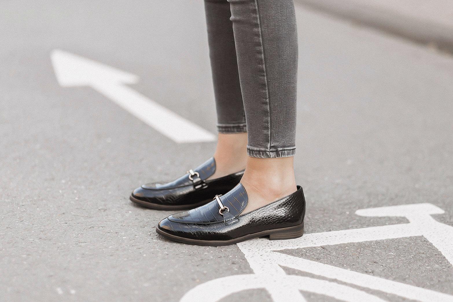 Brit Chic Outfit mit kariertem Blazer und Loafern, Shoelove by Deichmann