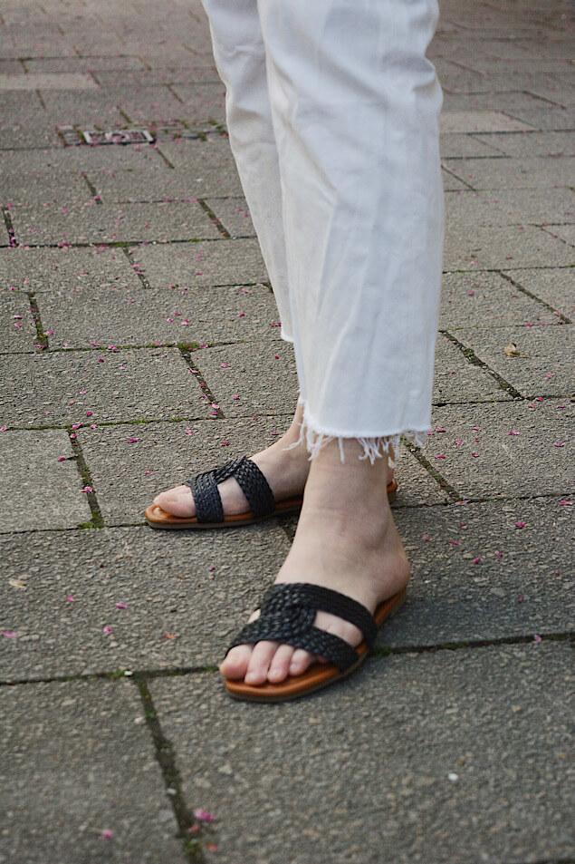 Schlappen zur weißen Jeans
