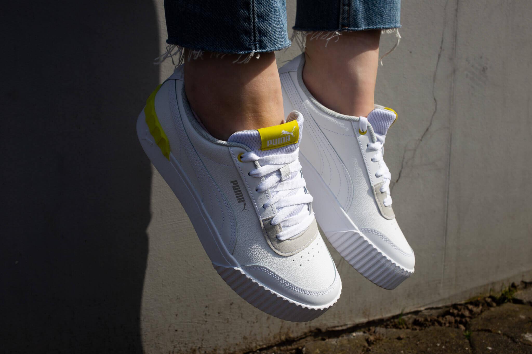Weiße Sneaker mit Pastellakzent