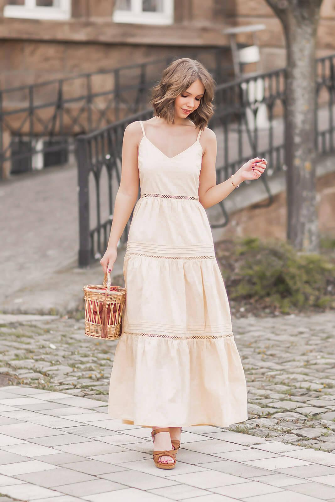 Trendfarbe Vanille kombinieren, pastellgelbes Kleid, Keilsandalen, Shelve by Deichmann