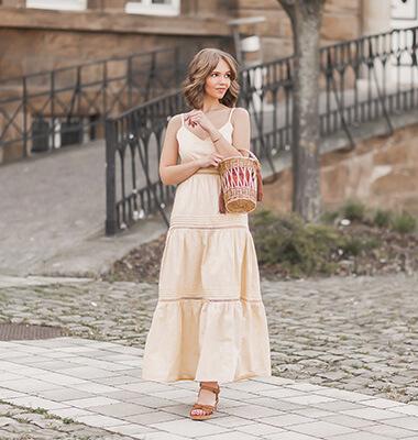 Trendfarbe Vanille kombinieren, pastellgelbes Kleid, Keilsandalen, Shoelove by Deichmann