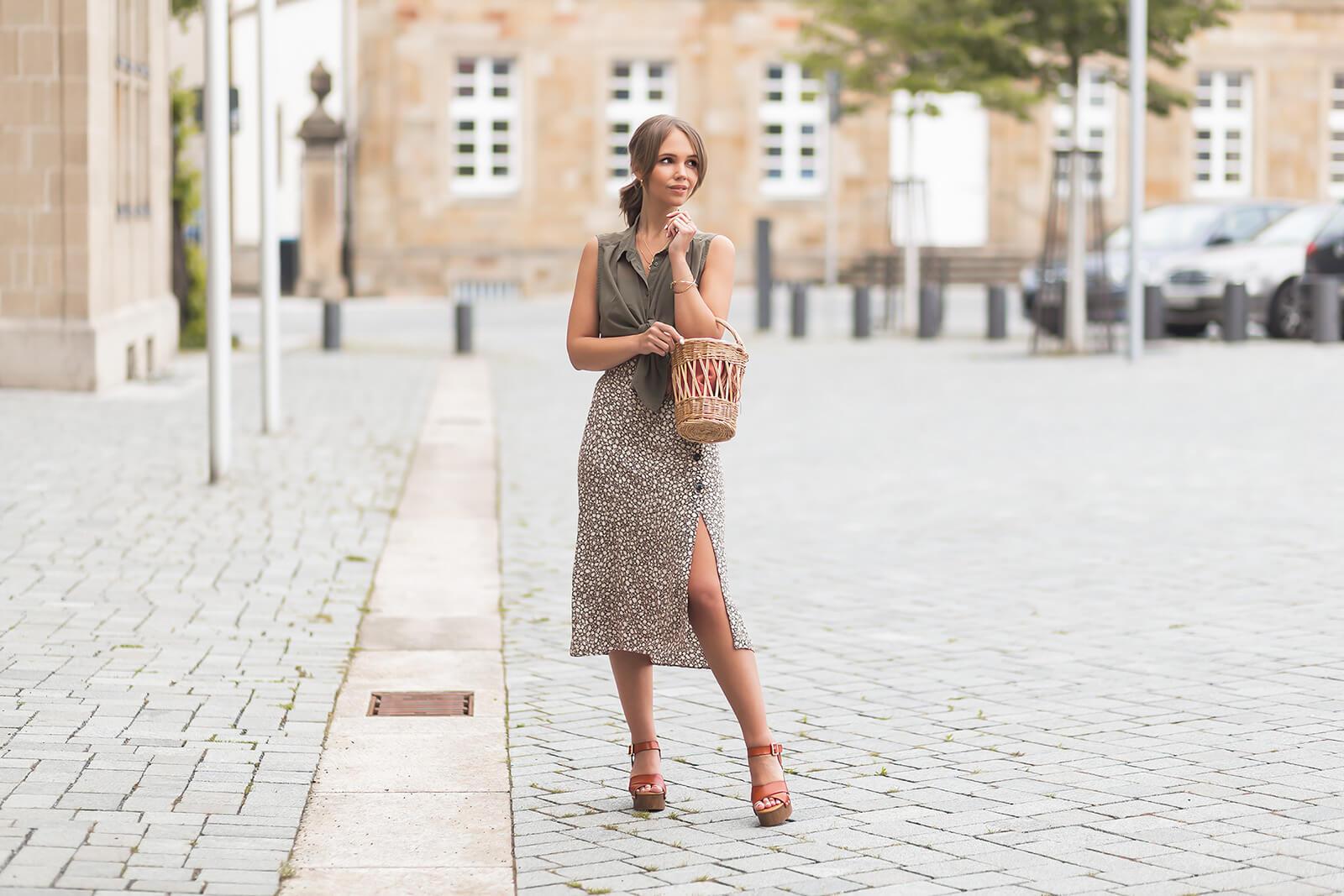 Plateau Sandalen richtig stylen, Sommeroutfit mit Midirock und Sandalen, Schuhtrend für den Sommer, Shoelove by Deichmann