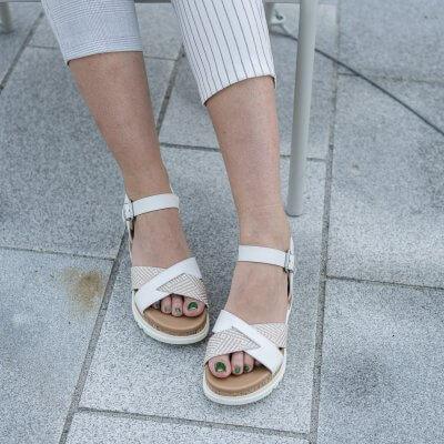 Wie style ich weiße Sandaletten