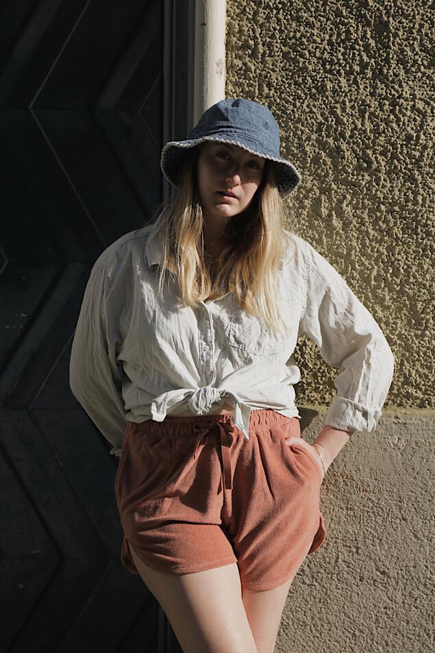 Frottee Shorts und Bucket Hat