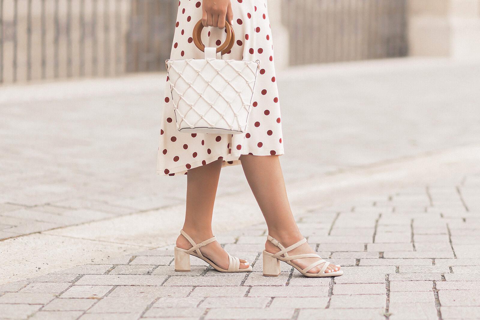 Mode Klassiker im Sommer, Sommer Basics, Sommeroutfit mit Midirock und beigen Sandaletten, Shoelove by Deichmann