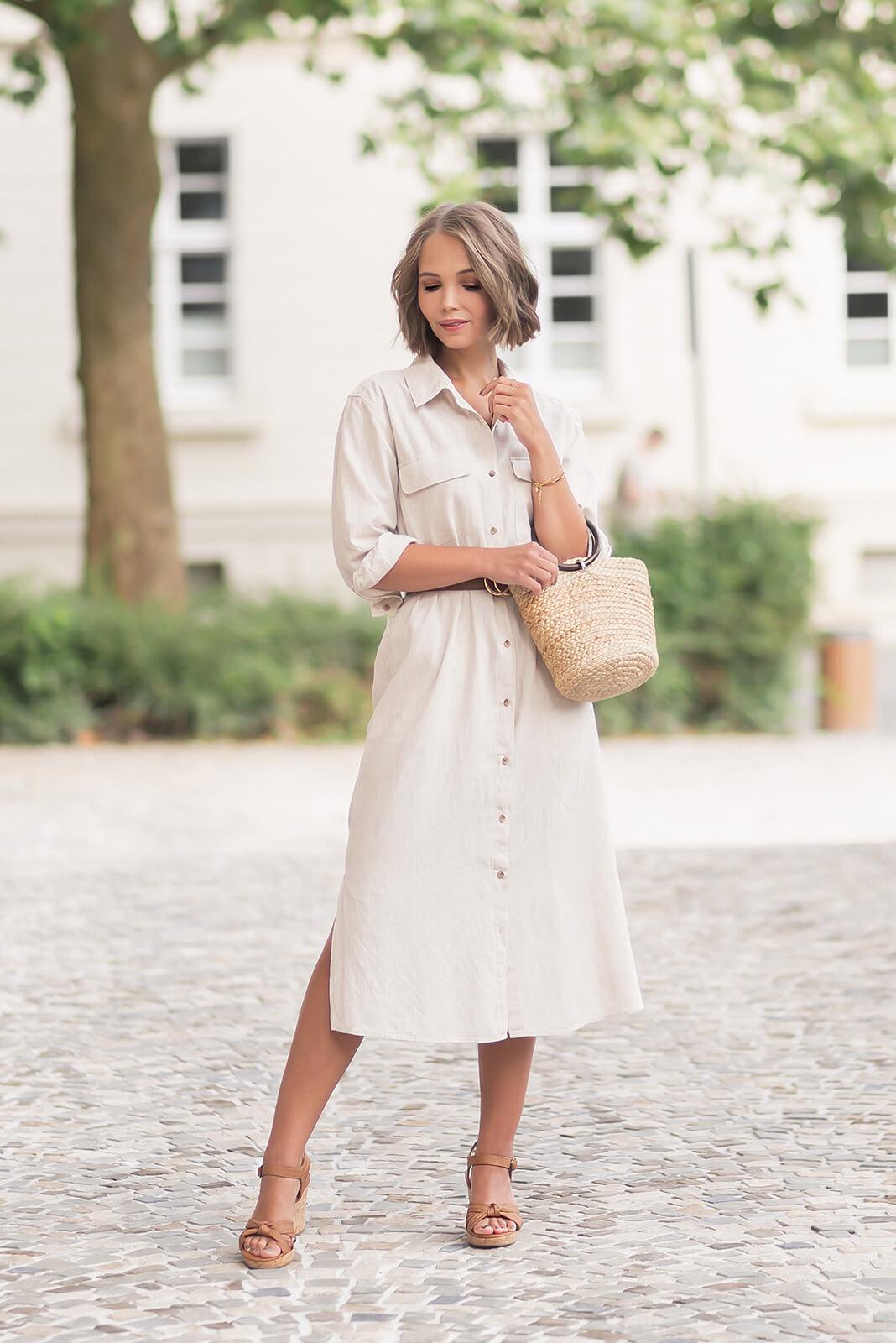 Sandalen in Naturtönen kombinieren, Sommeroutfit mit Hemdkleid und braunen Keilsandaletten, Shoelove by Deichmann