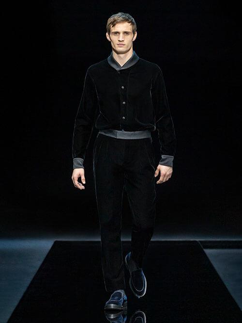 Samt-Outfit mit derben Loafern
