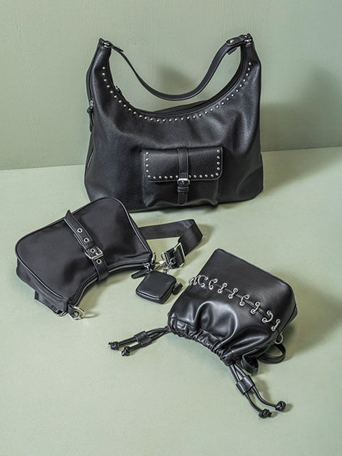 Schwarze Taschen mit Metall-Applikationen