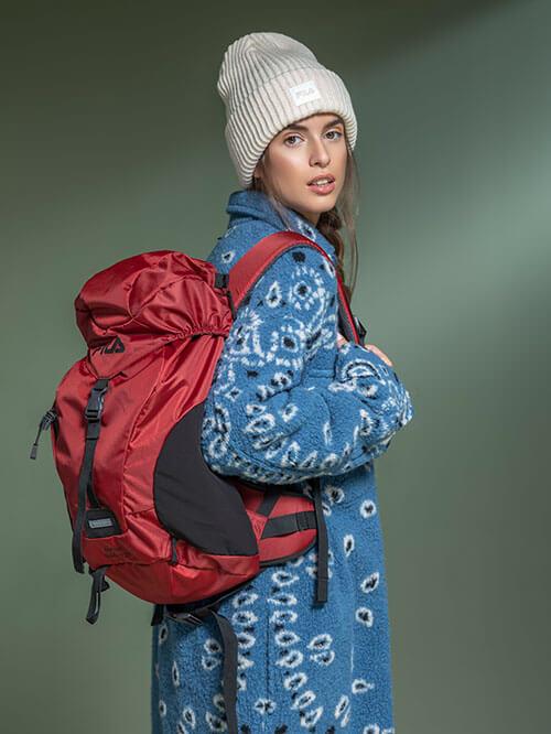 Outdoor-Look mit rotem Rucksack