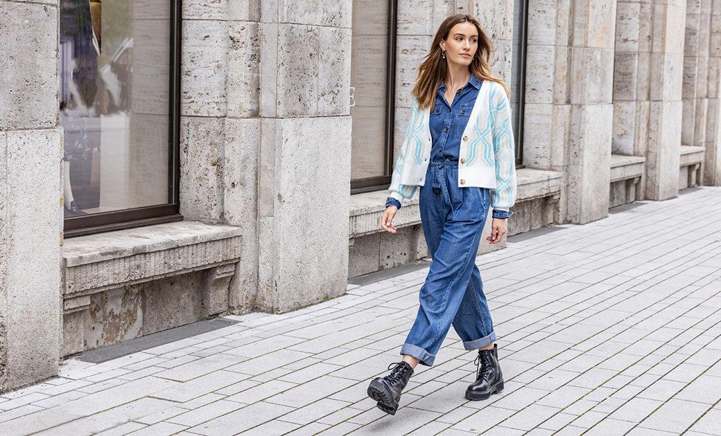 Geschnürte Boots mit Jeans-Overall