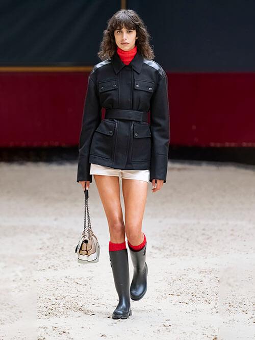 Rote Socken in schwarzen Stiefeln, Runway von Longchamp