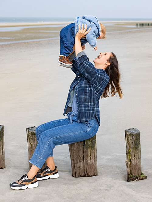 Mutter und Baby im Jeans-Look